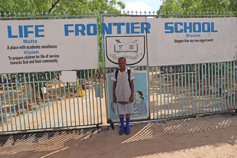 Leila står foran skolen