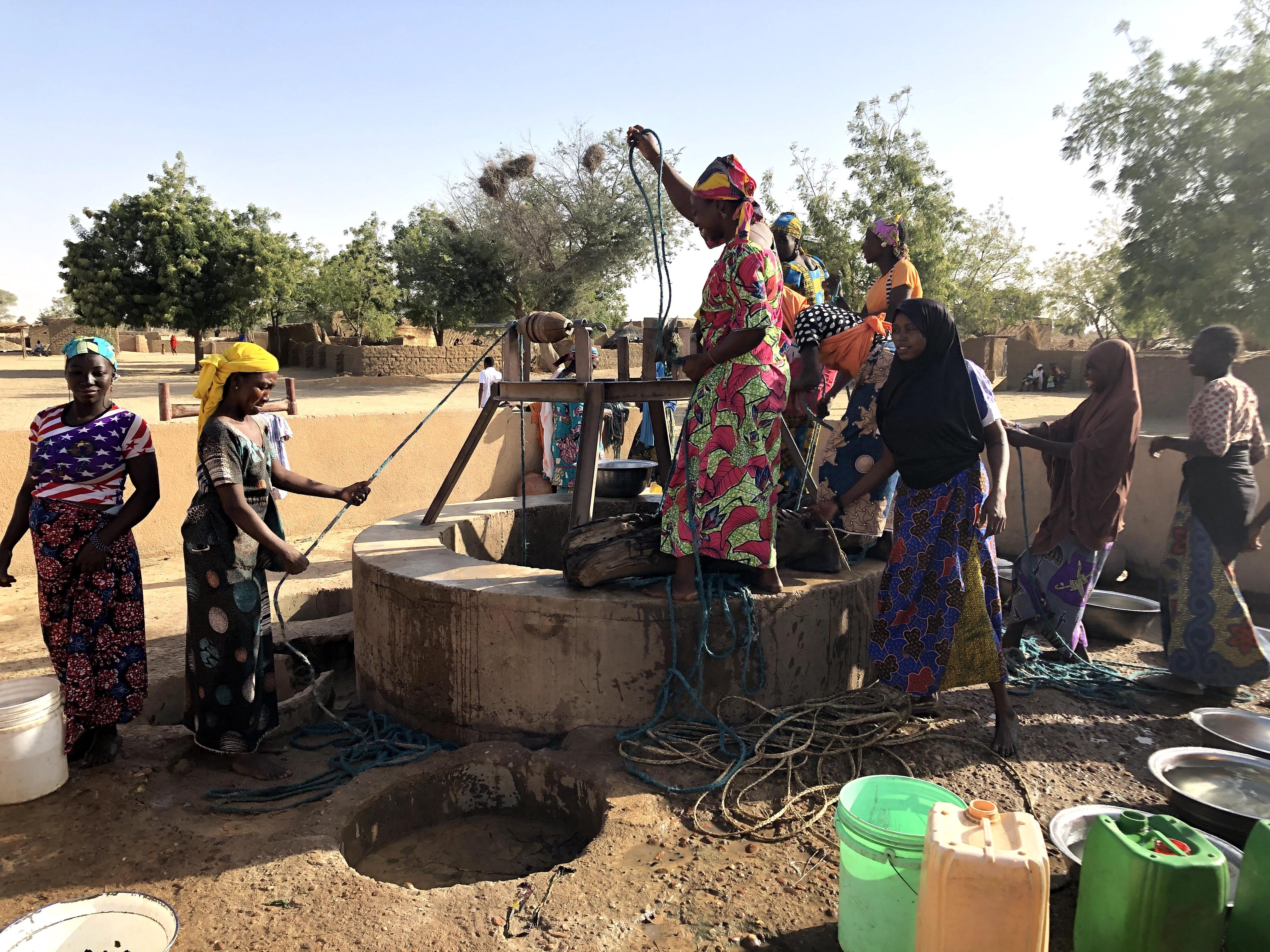 Kvinderne henter vand op af brønden