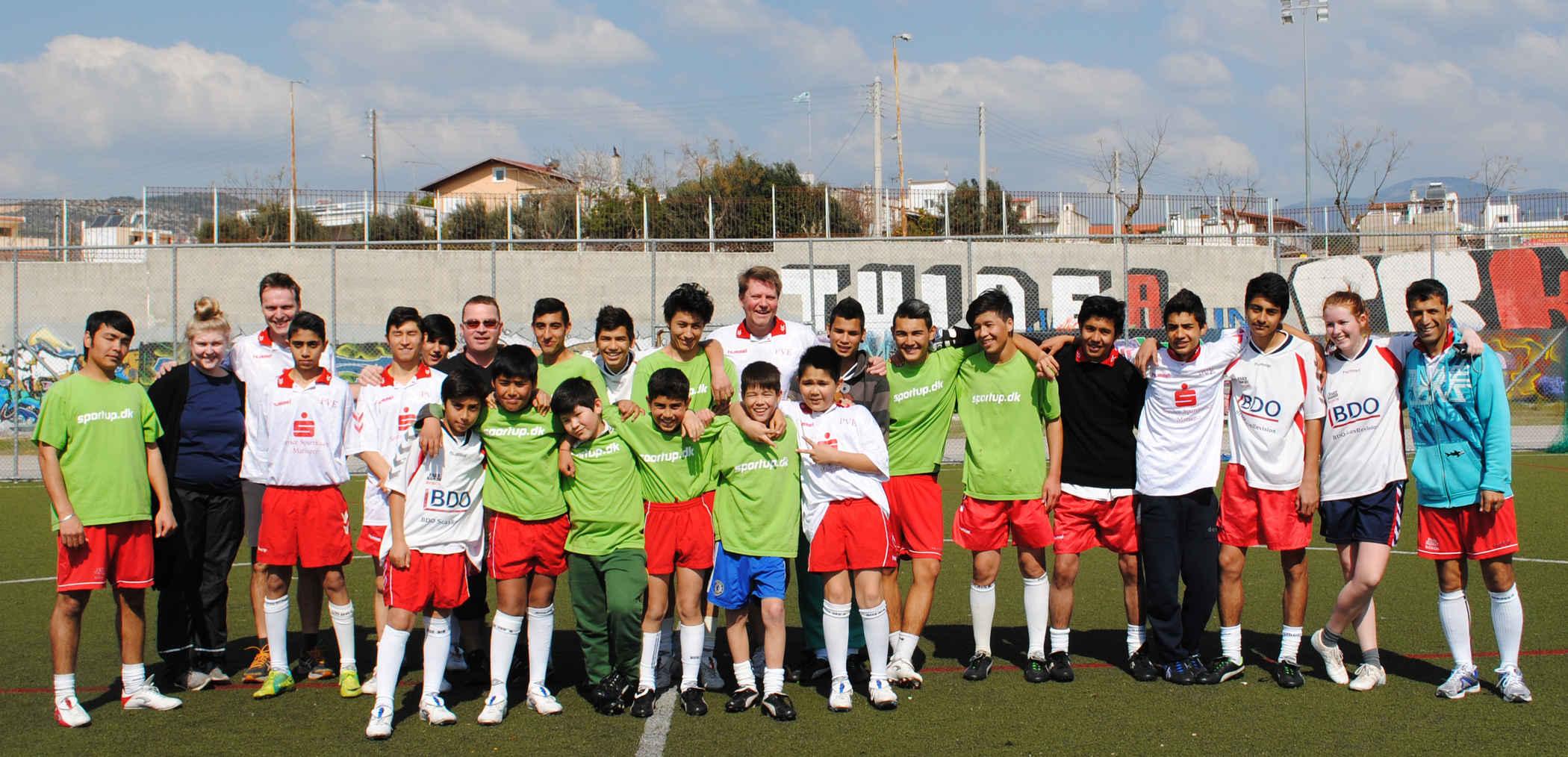 Claus og unge fra Danmark spiller fodbold med Flygtningedrenge i Athen